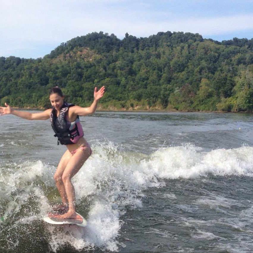 Эшли Джадд: Happy Weekend! #laborday #labordayweekend #riversurfing