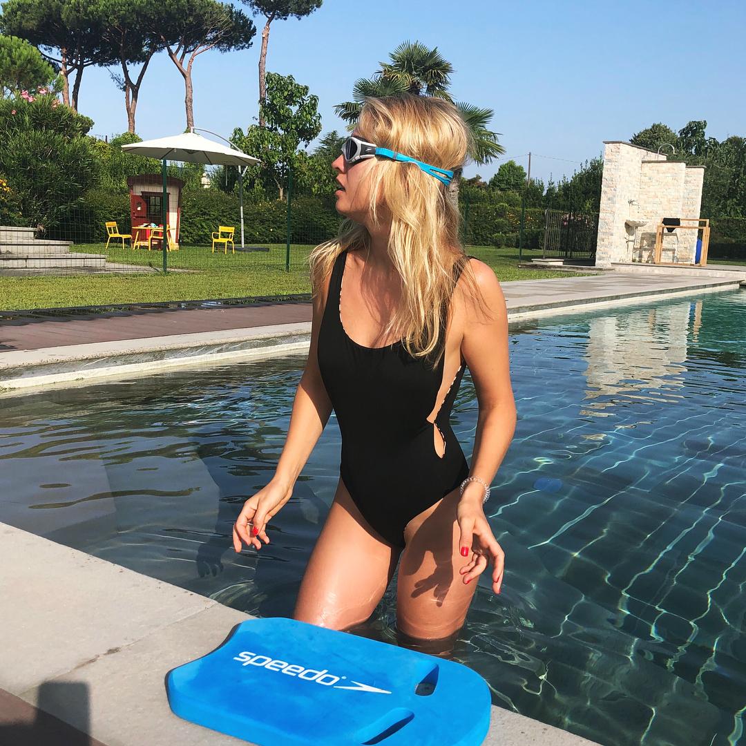 Янина Студилина: ??  Пока есть свободное время, решила заняться плаванием... учусь #брасс и #дельфин. Есть тут #пловцы у меня в подписчиках? Пока мне дико нравится    #плавание #swimming #swimminglessons #workingout #италия #фортедеймарми