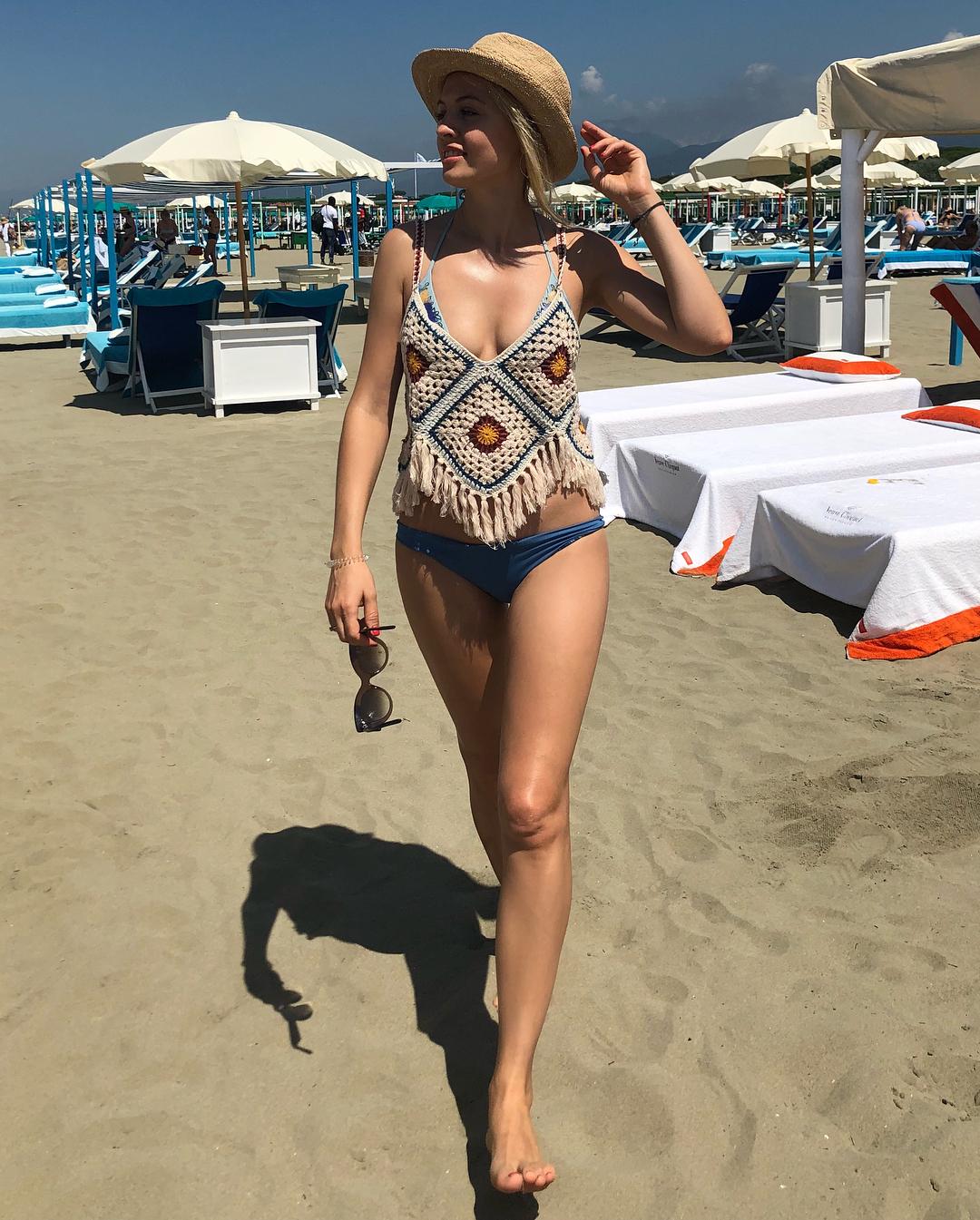 Янина Студилина: Скоро в Москву по работе  ненадолго...   ловлю солнечные лучи! Конечно, загорать вредно... но признаться, я люблю #  а вы загораете или прячетесь под зонтиком на отдыхе? #мореморе #отдых #пляж #кайф #фортедеймарми #италия
