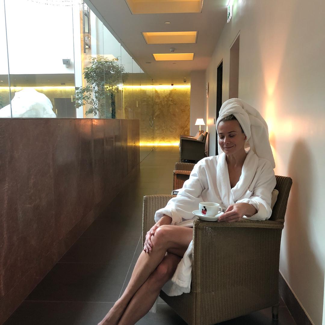 Юлия Высоцкая: Моя питерская #пятница :Проснулась-улыбнулась, посмотрела в окно на заснеженную улицу #кофе #воздух #театр #бдт#репетиция #эдип #антигона #кофе #caf? #улицыпитера #снег и наконец #награда @fsstpetersburg сначала десятка на дорожке, затем бассейн 3...