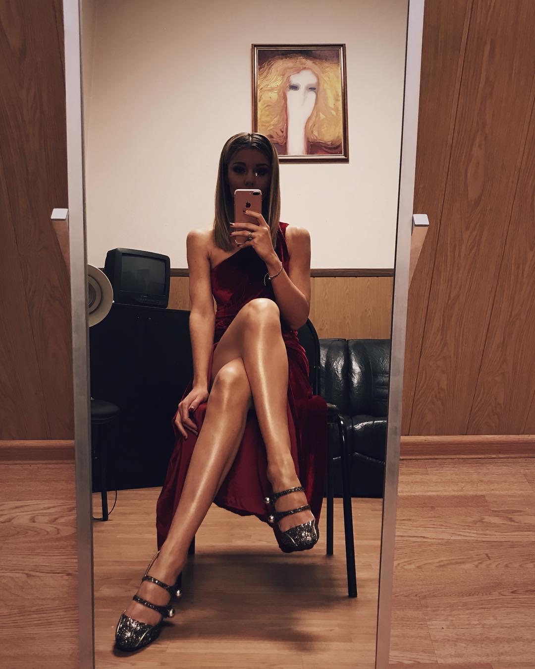 Юлианна Караулова: Завтра выходит клип на песню #ПростоТак. И я его очень жду. Сижу и жду (с)   Я знаю, что вы в свою очередь ждете милую новогоднюю историю, но мы сняли настоящий триллер  А фото с очередных новогодних съемок. Так прекрасно вышло, что Новый Год я пр...