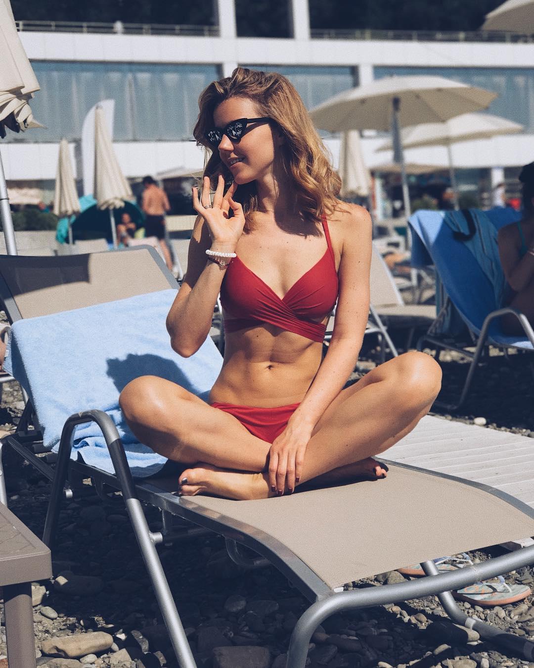 Юлианна Караулова: В этом году я даже успела на полчаса на пляж. По этому праздничному случаю - фоточка на память)) Море +26. Не завидуйте - я не успела им насладиться))