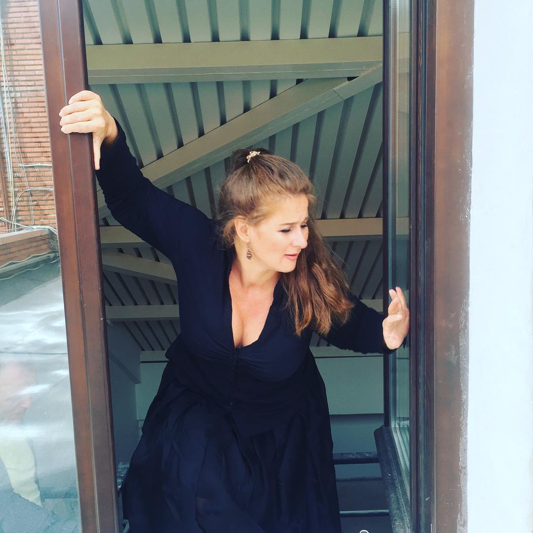 Юлия Куварзина: Всем доброй и весёлой пятницы!!! Вчера перед спектаклем у меня была чудесная фотосессия в моём родном театре на Таганке     впервые за последние десять лет  Все артисты сфотографировались в июне, а я не успела