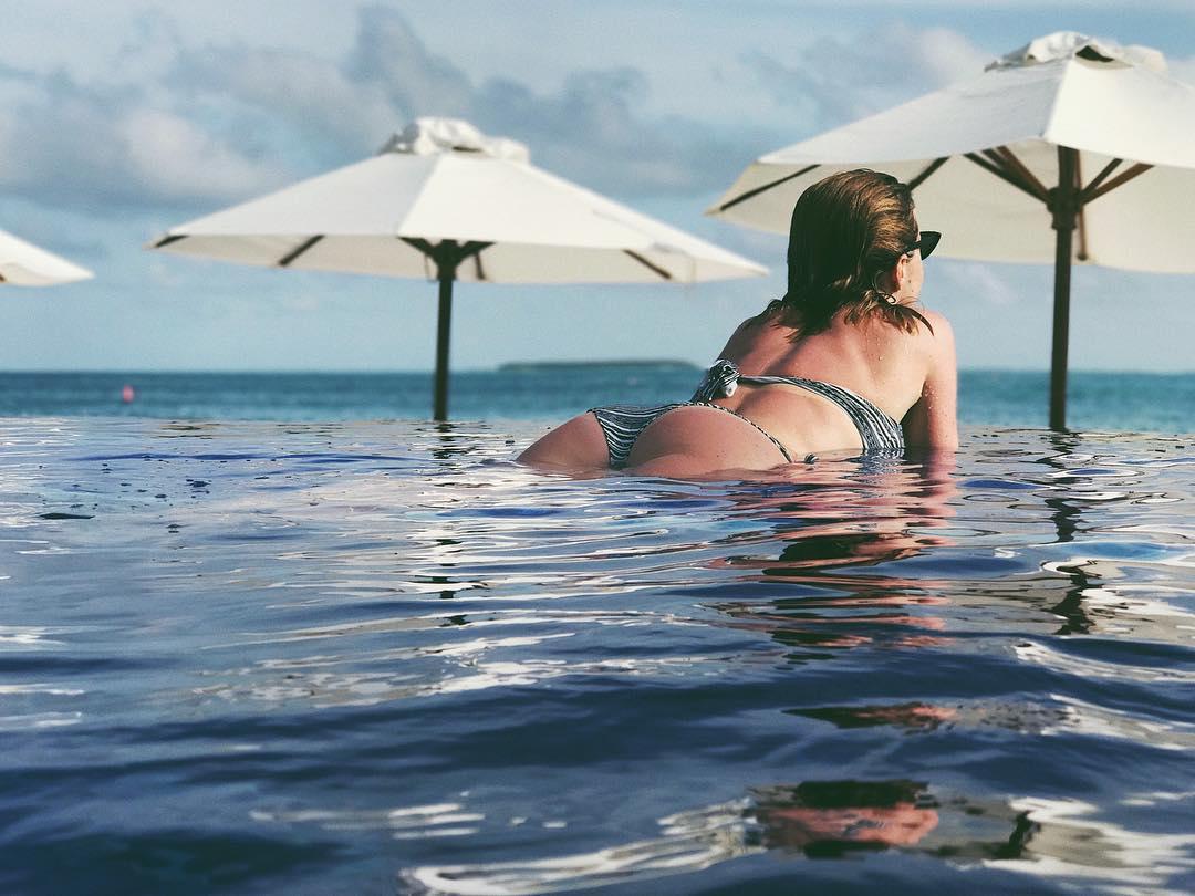 Юлианна Караулова: GM  А нас команда @Conrad_Maldives с утра пораньше отвезла в море и мы видели кучу дельфинов, огромных скатов, мурену и даже 2 китовых акул. Поэтому я такая довольная. Заметно же   Сейчас всё скину с gopro и вам покажу   #ConradMaldives #StayInspired