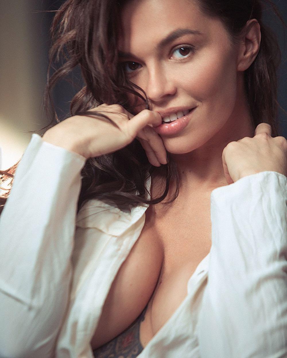 karinazvereva: Когда есть грудь и тату,можно и без макияжа    #makeupfree С любимым @konasov.photo Начинают тут матроны разговаривать,что мол фии силикон.После активного занятия фитнесом моя трёшка превратилась в мешочки  Я не вижу проблем пользоваться современн...