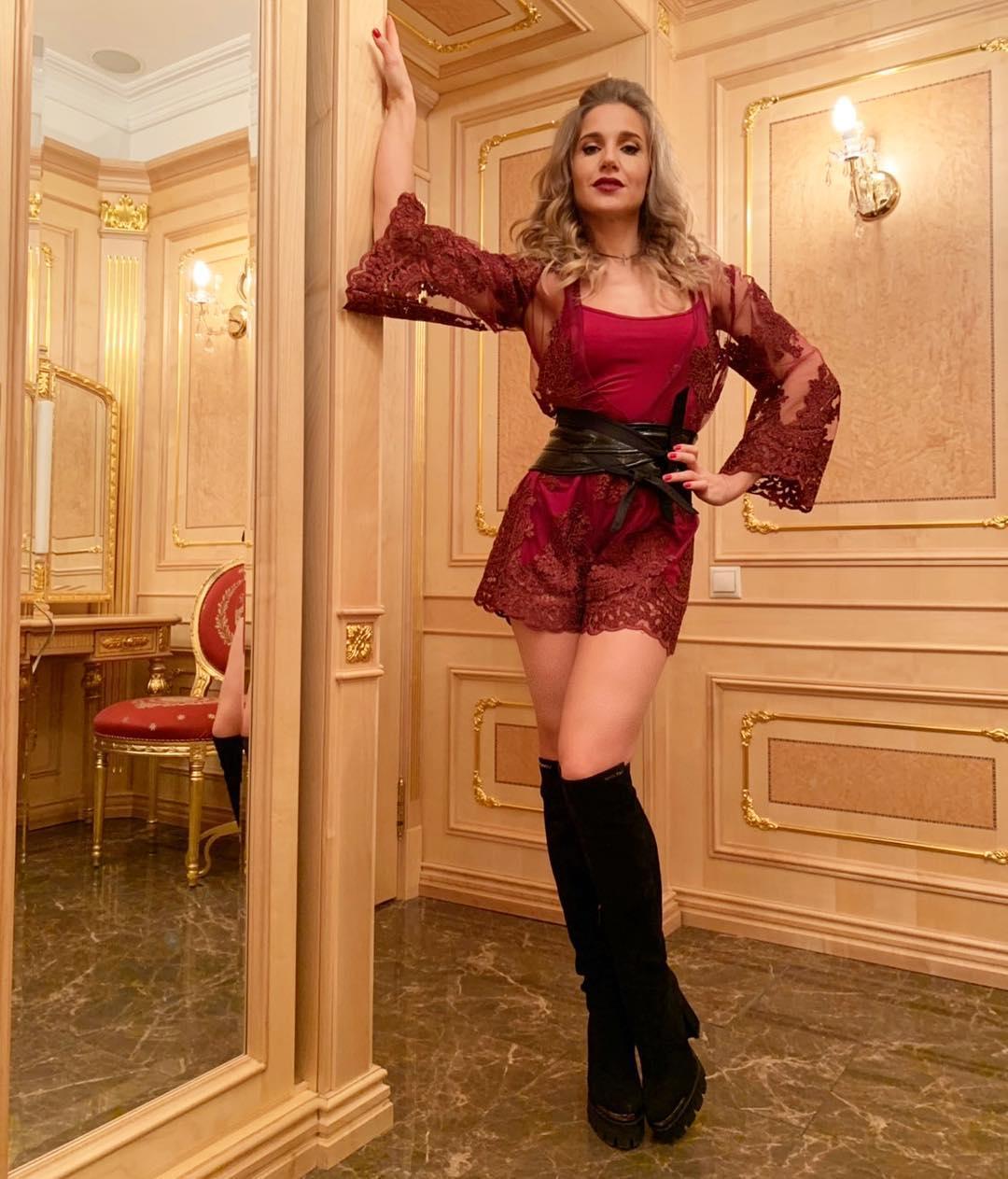 Юлия Ковальчук: Хороший вечер для хорошего праздника и концерта))) @muztv с Днем рождения)!! Музыки вам самой чувственной, глубокой и неумирающей! Спасибо, что вы рядом #юлияковальчук #музтв #певица #сднемрождения #москва #кремль #концерт #толкнименя