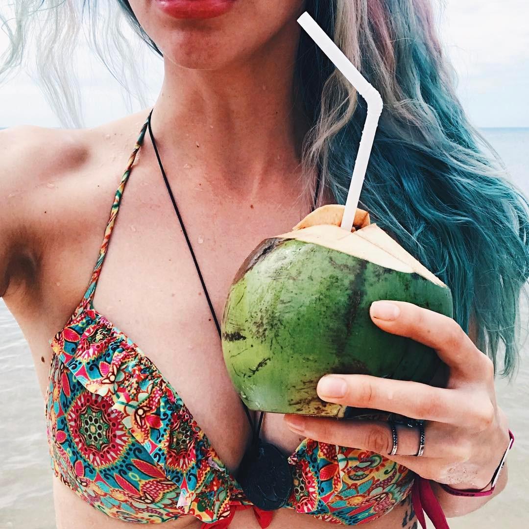Натали Неведрова: Весь день провела на пляже. Губы обгорели. Попа обгорела. На ужине объелась дарами моря и салатом из цветков банана.  А у вас как первый рабочий день прошёл?