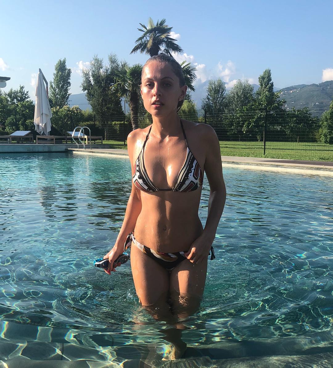 Янина Студилина: Какая фотка лучше 1 или 2?  #сложностивыбора #девочкитакиедевочки #bikinilife  #parahworld #swimwear  #italy  #италия #тоскана