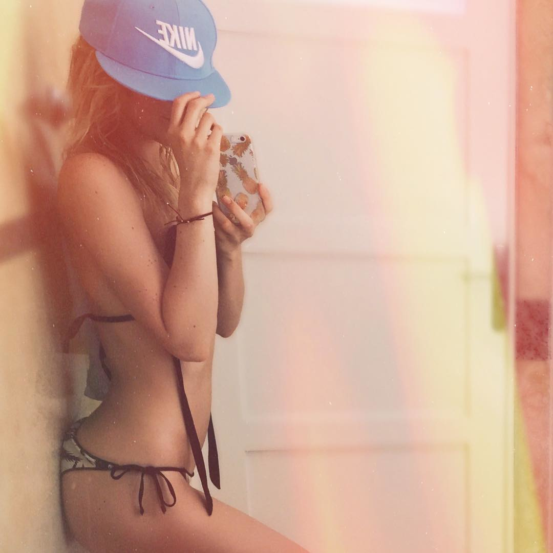 Юлианна Караулова: Столько училась, а все зря: все равно фотографии такие)) Весь интеллект бережно замаскирован и спрятан под любимой кепкой #nike    #ненуаче #этовсежара #нетачтобыланабелорусской