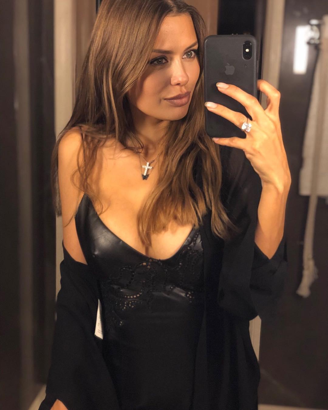 Виктория Боня: Have a nice evening my dear friends  Хочу спросить у мужчин! На мне слишком откровенное платье? Ааа вы считает?