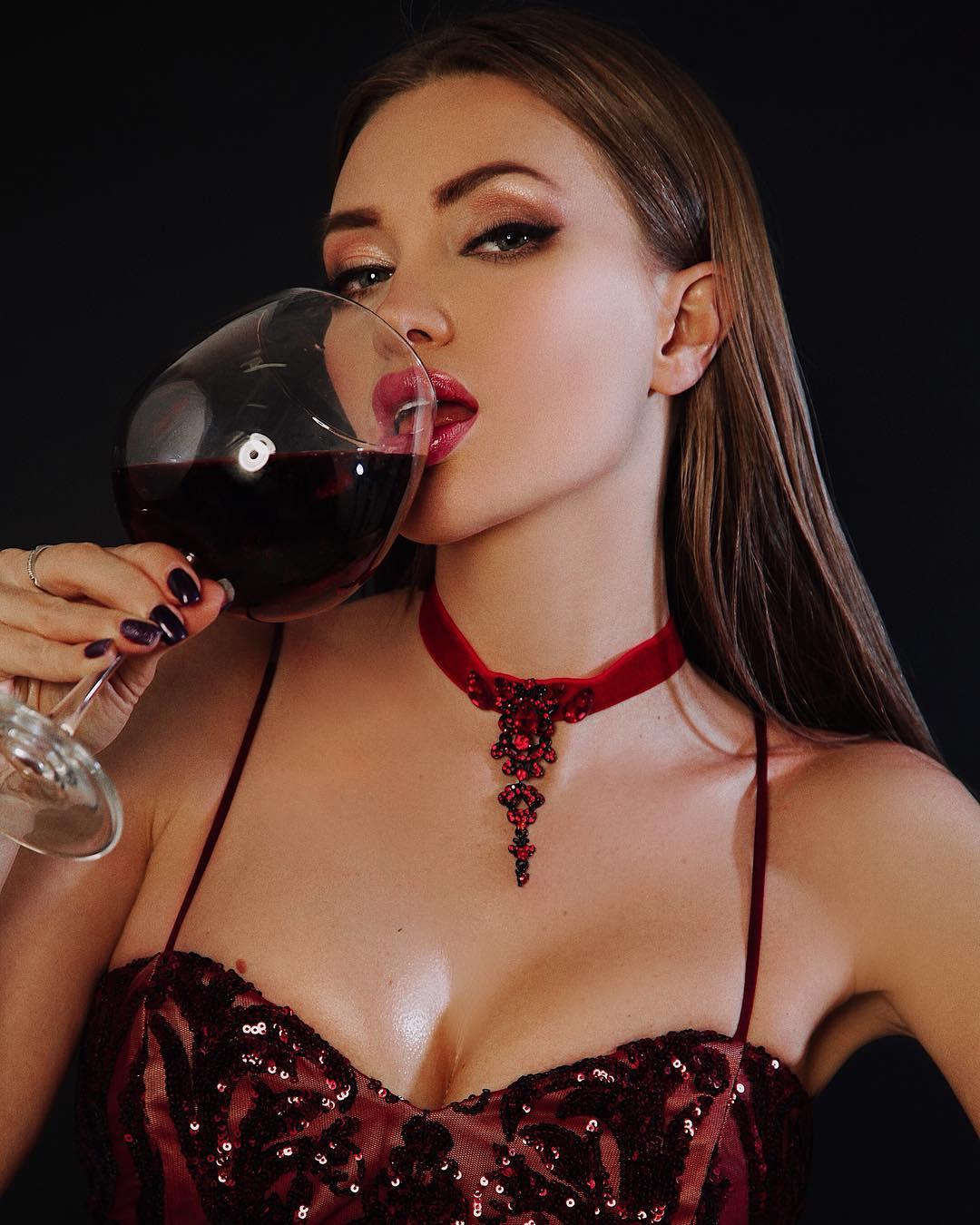 Евгения Феофилактова: Отгадайте что в бокале? Сразу пишу, это не вино.) Знают только я и @tatuana_kucheruk_ )). Кстати,  у вас сейчас есть замечательная возможность получить скидку на съёмку  у одного из лучших фотографов  @tatuana_kucheruk_ Поспешите  #feofilaktovaevg...