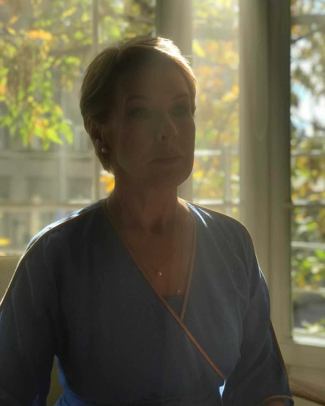 Екатерина Шпица: Это фото я сделала незаметно для мамы во время съёмки ролика для @kaneboofficial. Она была вся погружена в процесс! И так прекрасно справлялась, хотя для неё это всё было впервые! Я,наверно, никогда не ощущала так остро, сколько во мне от мамы с т...
