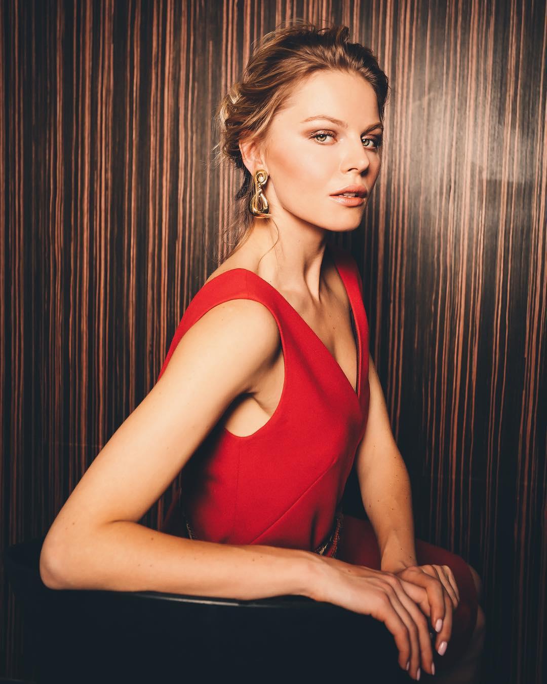 Анастасия Стежко: I got my red dress on tonightDancin' in the dark in the pale moonlightDone my hair up real big, beauty queen styleHigh heels off, I'm feelin' alive