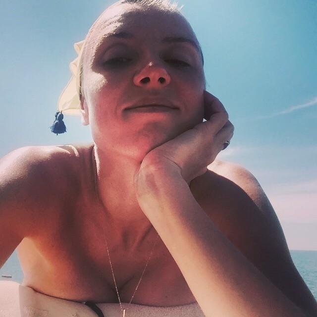 Ксения Алферова: С детства была уверенна, что море живое. Всегда с ним здороваюсь, когда приезжаю и прощаюсь, благодарю, когда уезжаю! Удивительно какое оно сильное, мудрое. Приезжаешь, окунаешься один раз и все, вся усталость, беспокойство, суета смываются, уплыв...