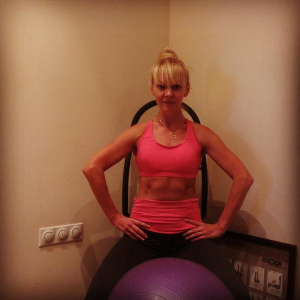 Валерия: Продолжаем тренировки.Любимое упражнение для внутренних мышц бедра с мячом на Power Plate.