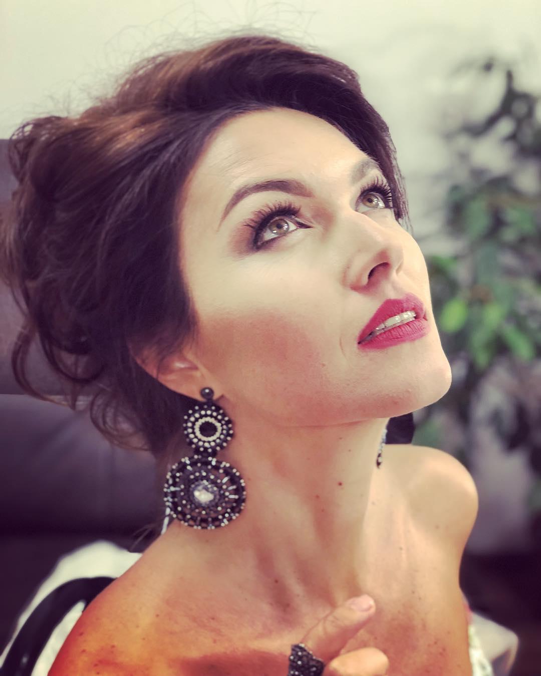 Юлия Такшина: Вчера посчастливилось провести конкурс красоты во Владивостоке. Спасибо @tatianakaplun_official @salon_love_forever #tatianakaplun#татьянакаплун#kookla #звёздывплатьеоткаплун за волшебное платье.И @yakischik_jewelry  #серьги_yakischik #кольца_yaki...
