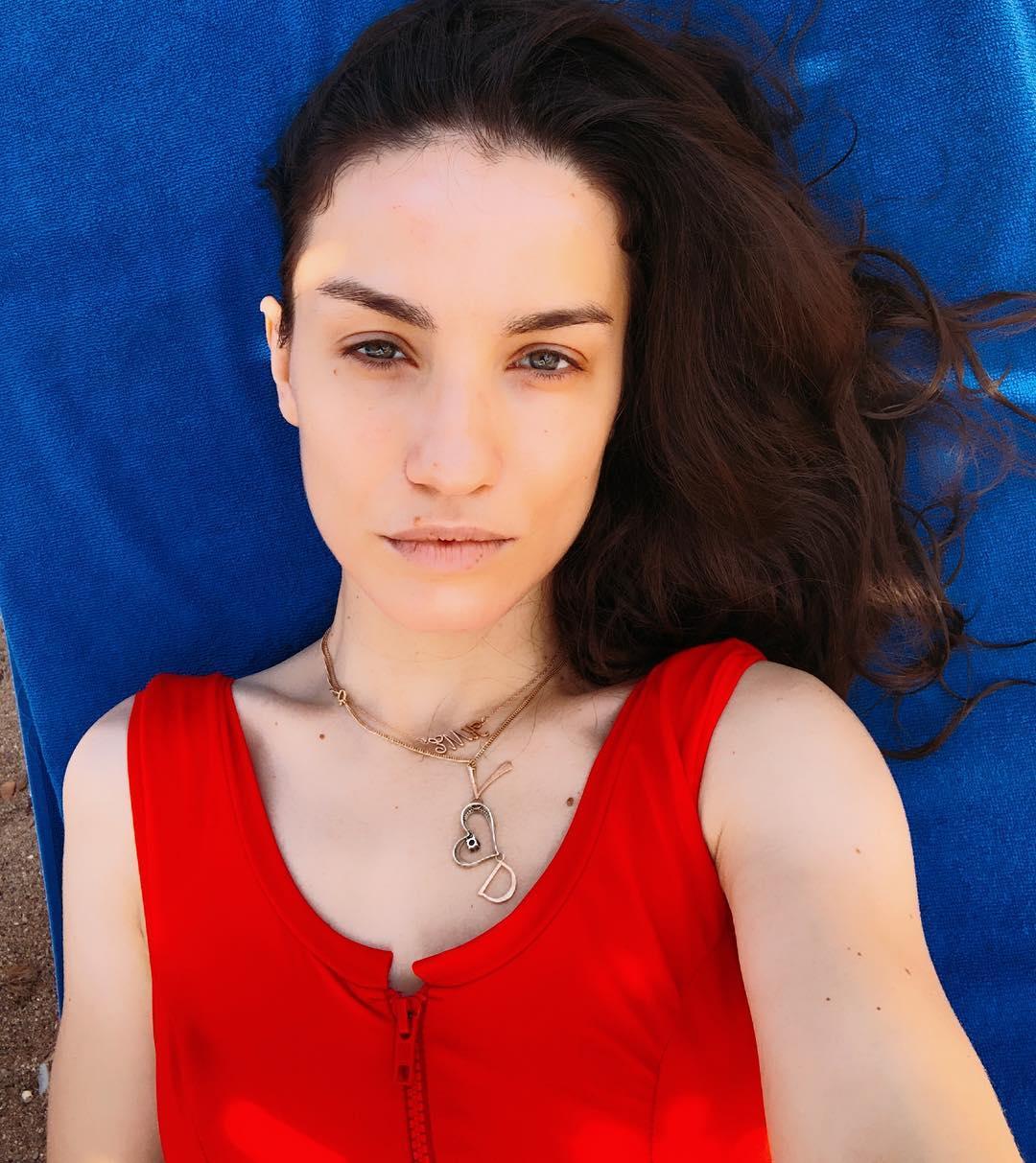 Виктория Дайнеко: А вы? Любите пляжный отдых? (Мое отношение к нему у меня на лице ) #missvinmontenegro