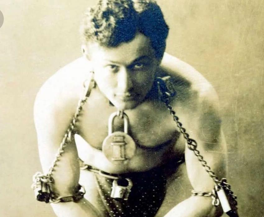Алла Довлатова: 5 августа 1926 годаГарри Гудини поразил мир тем, что умудрился в течение часа пролежать в закрытом гробу под водой и остаться невредимым. Впрочем, это был далеко не первый и не последний трюк этого феноменально одаренного человека... Сегодня я хо...