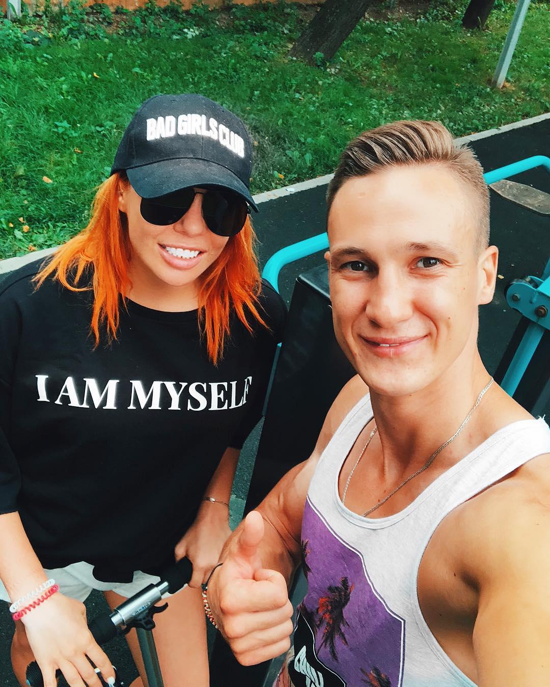 Анастасия Стоцкая: Я уже говорила про Александра @aleksandr_kireev_fit с которым давно занимаюсь фитнесом, правда, с перерывами, систематически не получается, к сожалению. Во время коротких гастролей, чтобы не прерывать тренировки, мы проводили занятия по скайпу. Ле...