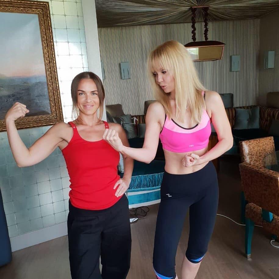 Валерия: После перерыва вернулись к тренировкам. На фото проверяем, не потеряли ли мышечную массу.     #включаемюмор #мынекачкикачкинемы #тренируемсявесело #жизньпрекрасна #этовсезож @erika_levinskaya @nosecretbyvaleriya