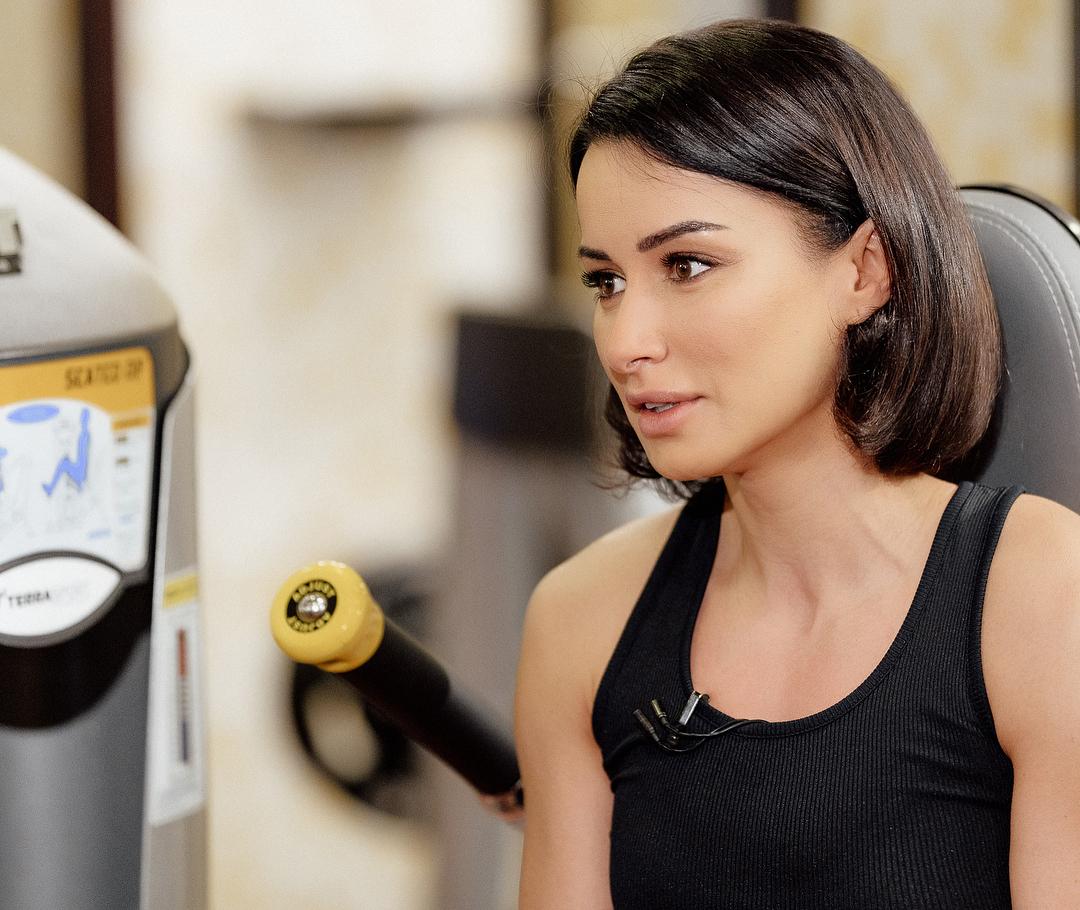 Тина Канделаки: Еще один отличный тренажер - гимнастический диск! На нем вы сами задаете темп и тем самым регулируете нагрузку. Энергичнее движения - выше расход калорий. На тренажере отлично прорабатываются косые мышцы живота, а кроме того, тренируется вестибуля...
