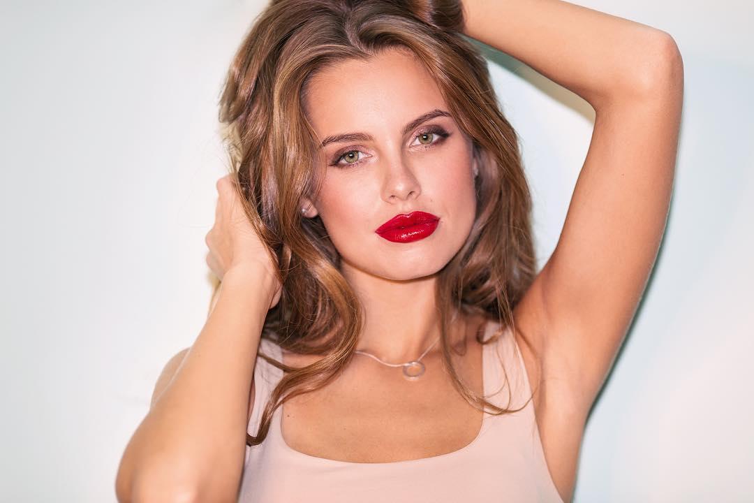 Дарья Клюкина: Завтра будет пост о моем ежедневном макияже. Разобрала сегодня свою косметичку и поняла, что у меня очень мало декоративной косметики. Обнаружила, что у меня почти нет теней, и даже фотографировать не стала, что есть. Мне давно нравится один макия...