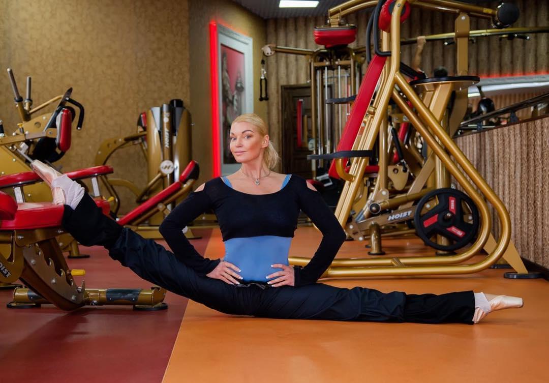 Анастасия Волочкова: Прекрасное спортивное начало выходного дня!   Поддерживайте форму, растягивайте мышцы и удовольствие!    #анастасияволочкова #волочкова #балерина #россия #балет #красота #радость #любовь #танец #музыка #позитив #тепло #volochkova #ballet #russia #...