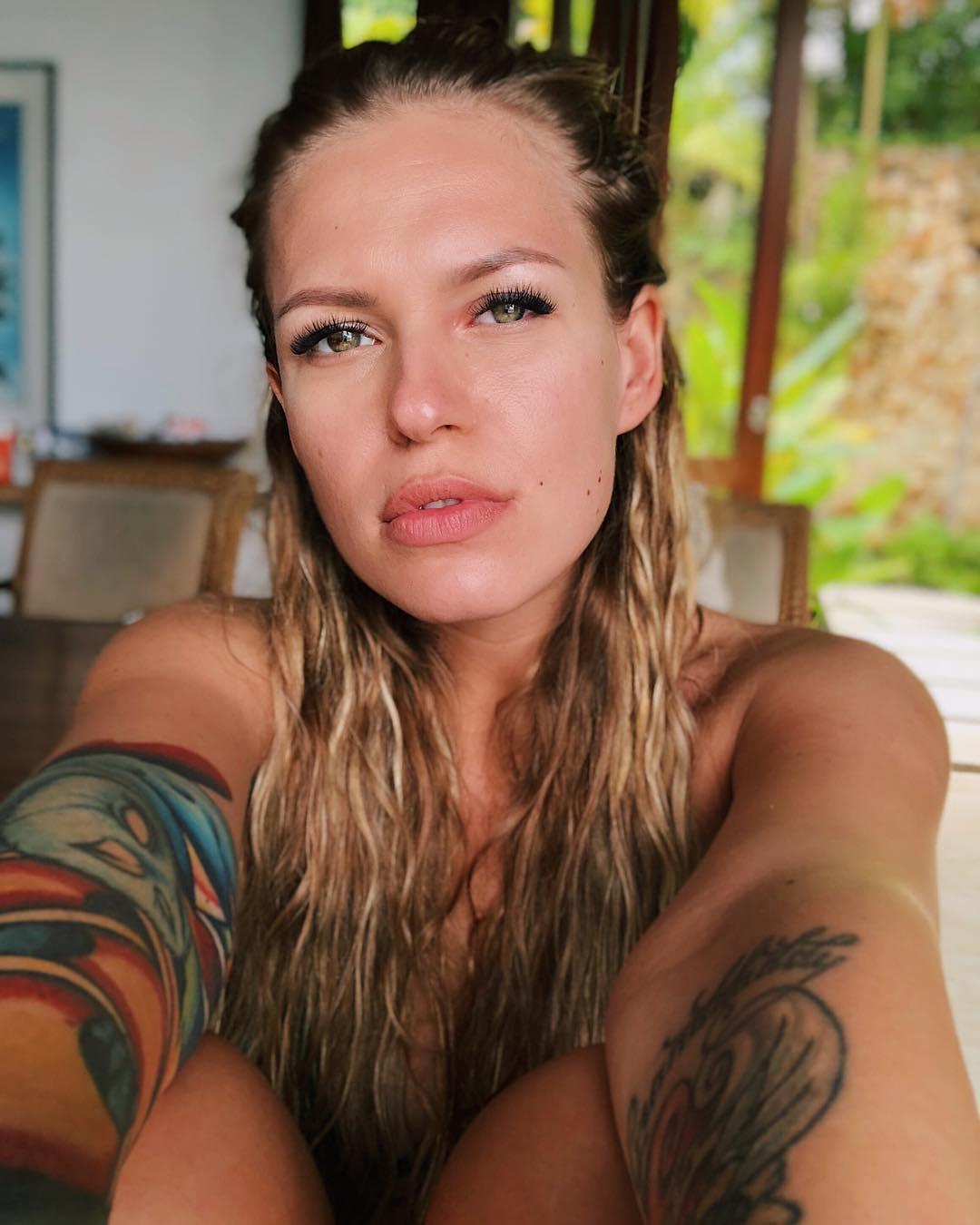 Рита Дакота: Вы так часто спрашиваете меня про то, что я брала с собой на остров из косметики и чем я тут пользуюсь каждый день. Вот и ответ (максимально честно подкреплённый утренним селфи с покусанным комарами левым глазом )- пользуюсь я тут НИЧЕМ))) Волосы ...