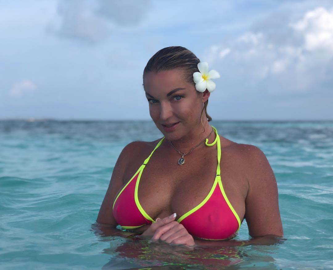 Анастасия Волочкова: Цвет воды мальдивской здесь просто ошеломляющий!! Но без белых цветов я не мыслю своей жизни даже в океане..   #анастасияволочкова #волочкова #белыерозы #мальдивы #я #радость #любовь #свет #красота