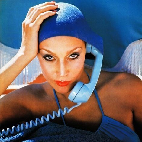 Риз Уизерспун: Me taking calls this week from the pool. #VacationVibes #Vogue #JerryHall  : #NormanParkinson