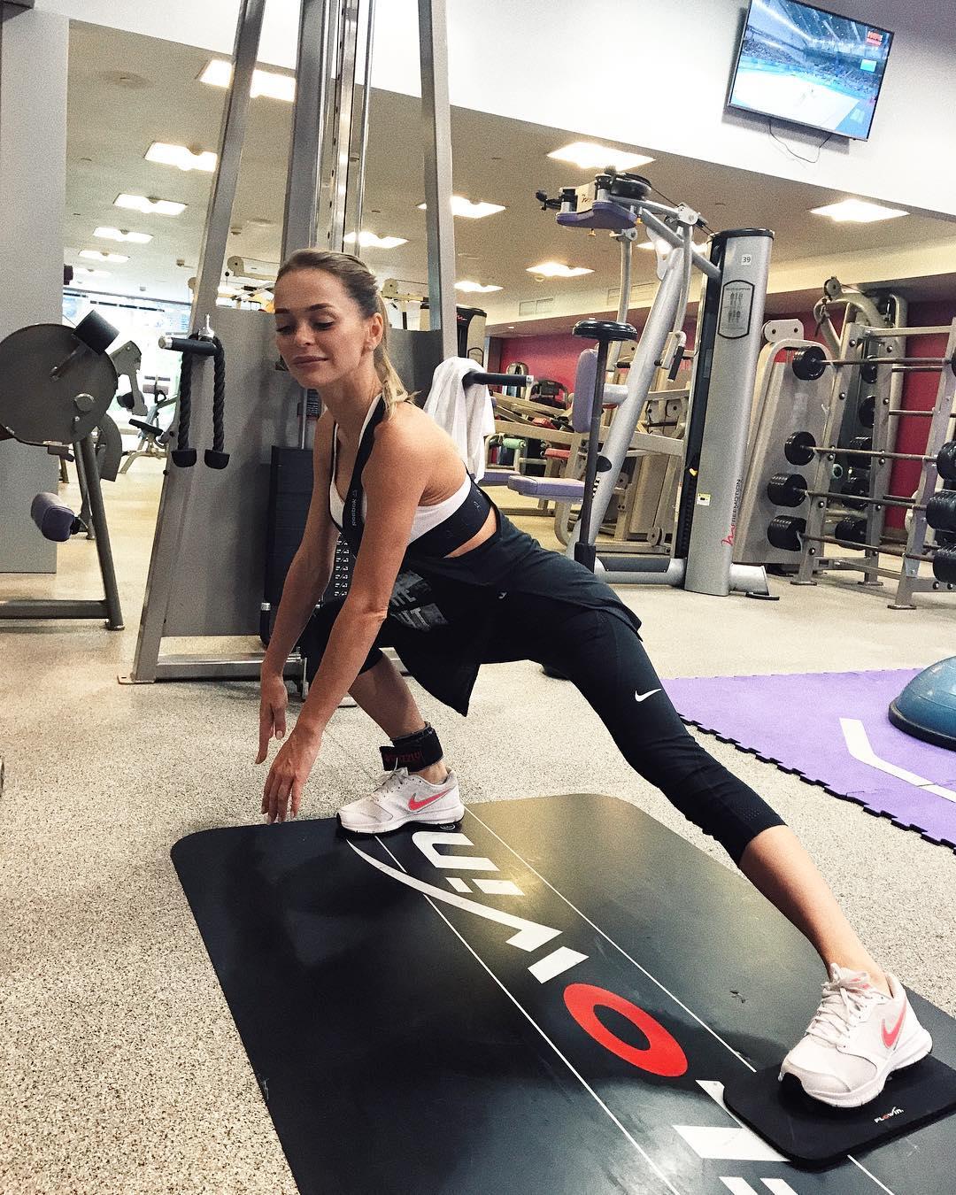 Анна Хилькевич: Физкульт, привет    и это я делала упражнение, а не просто позировала    как хорошо, что в детстве я проводила с мамой очень много времени в спортзале))) она вела тренировки, а я бегала и мешала рядом) но зато приучалась к спорту и зожу