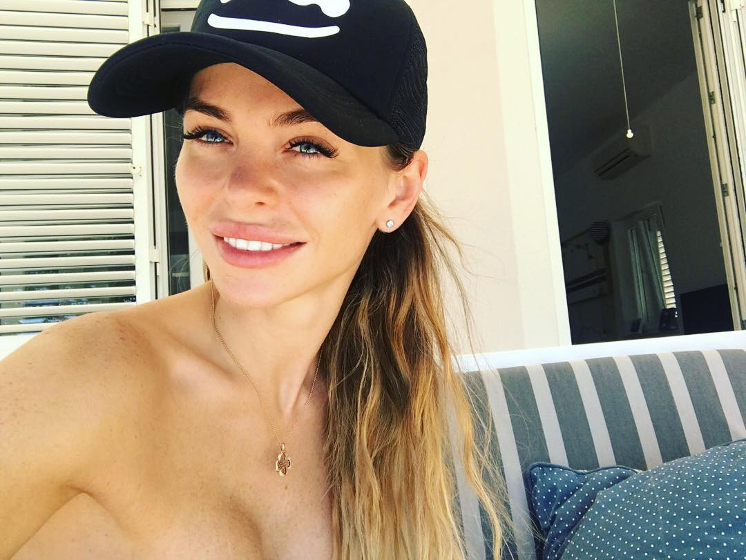 Анна Хилькевич: Просто селфи, без летнего фона  ну, а я в купальнике без лямок