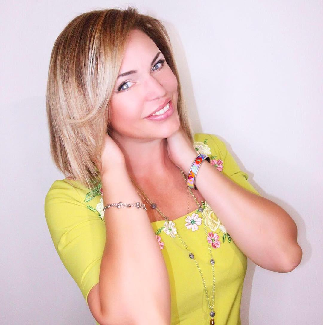 Алла Довлатова: Друзья! Сегодня я, как и собиралась вчера, отправилась в салон   красоты. Сегодня 5 лунный день, а значит отличный день для различных процедур по уходу за волосами. Я покрасила корни и сделала Spa- восстановление волос Restore от Living Proof. Это...