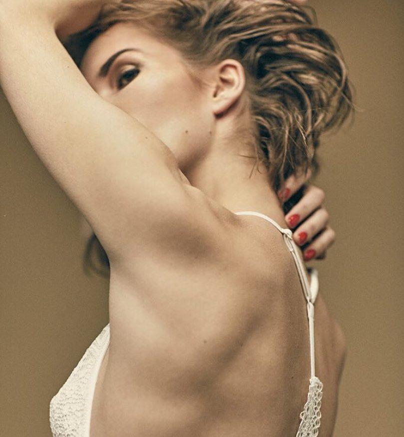 Лукерья Ильяшенко: В наше время, модели старающиеся быть сексуальными на фотографиях, выглядят либо так, как будто у них болит живот, либо так, как будто они нюхают собственную подмышку!    Простите, товарищи     #минуткасамоиронии