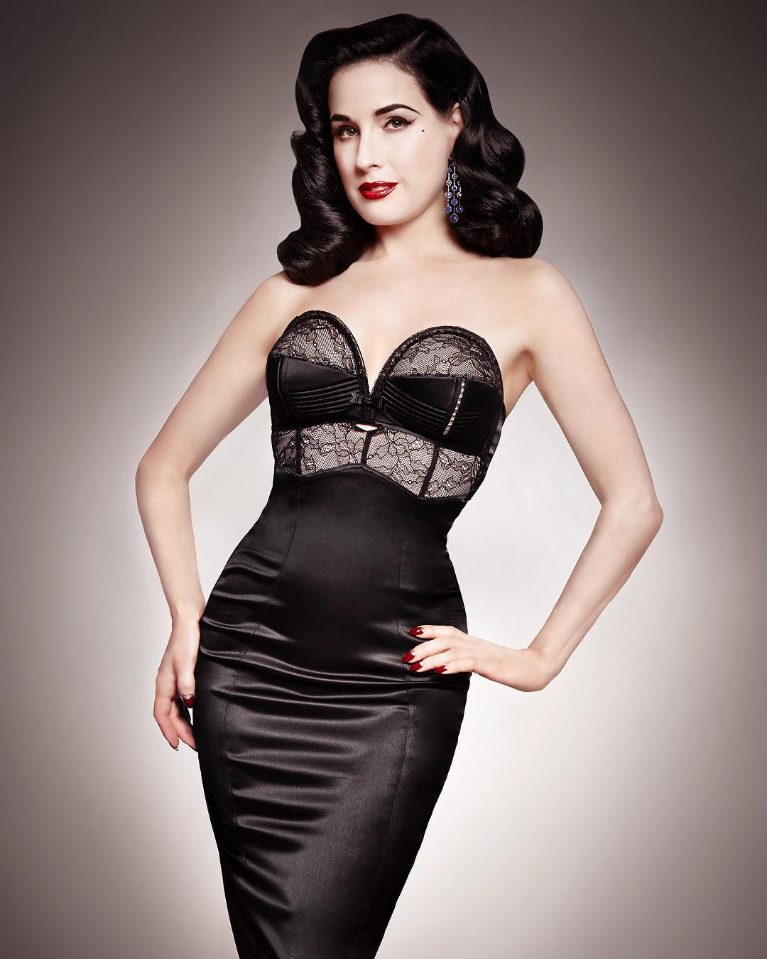 "Дита фон Тиз: Get ready for the gilt.com @gilt @ditavonteeselingerie event starting tomorrow with cult favorites like my ""Her Sexcellency"" over-wire #pinup #50sstyle collection as shown here!   @pennylane_photo"