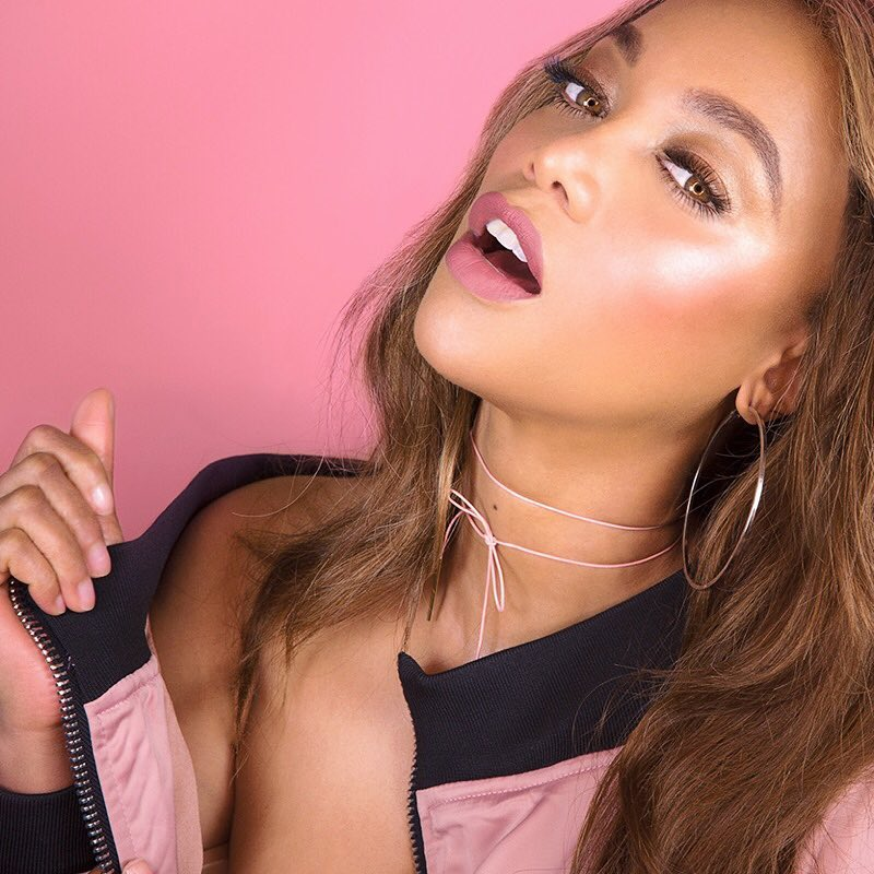 Тайра Бэнкс: Shinin', shinin', shinin', shinin' yeahhh   Busy  s lookin to glow this spring better get my Pink Lightning TYover — all of this winning in 5 minutes or less!   link in bio!!!