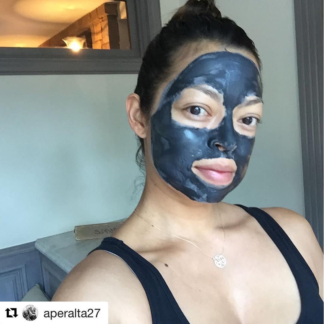 Ева Лонгория: Haha I've got everybody using them now! #Loreal #LorealClayMasks #Lorealista #Repost @aperalta27 with @repostapp???#TGIF. Wish I can smile but I'm prepping my skin with #lorealclaymask. This stuff is gooooooood!!!! Have a great detoxing Friday!!