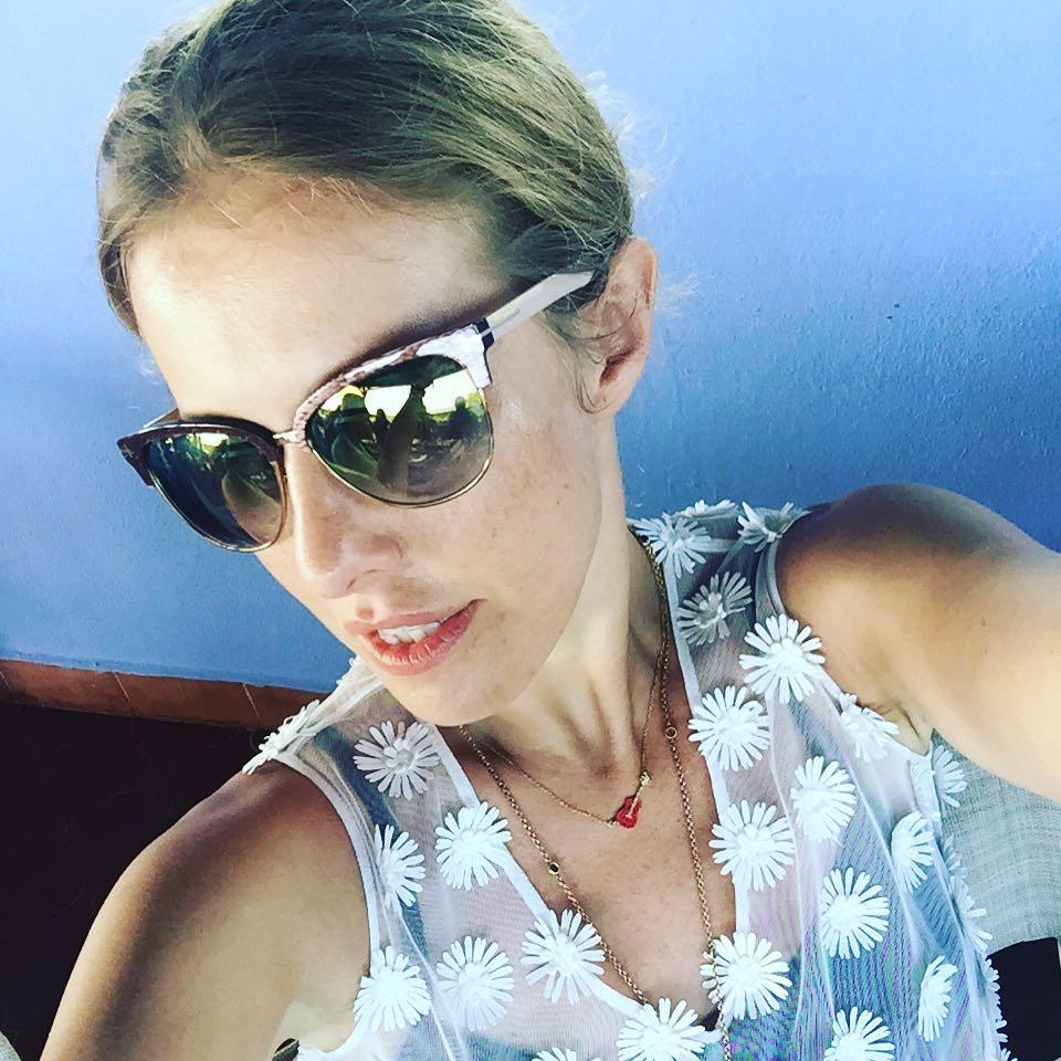 Ксения Собчак: Веснушки!!!! Аааа @kalmanovich_studio  dress and @tomford eyewear #lategram