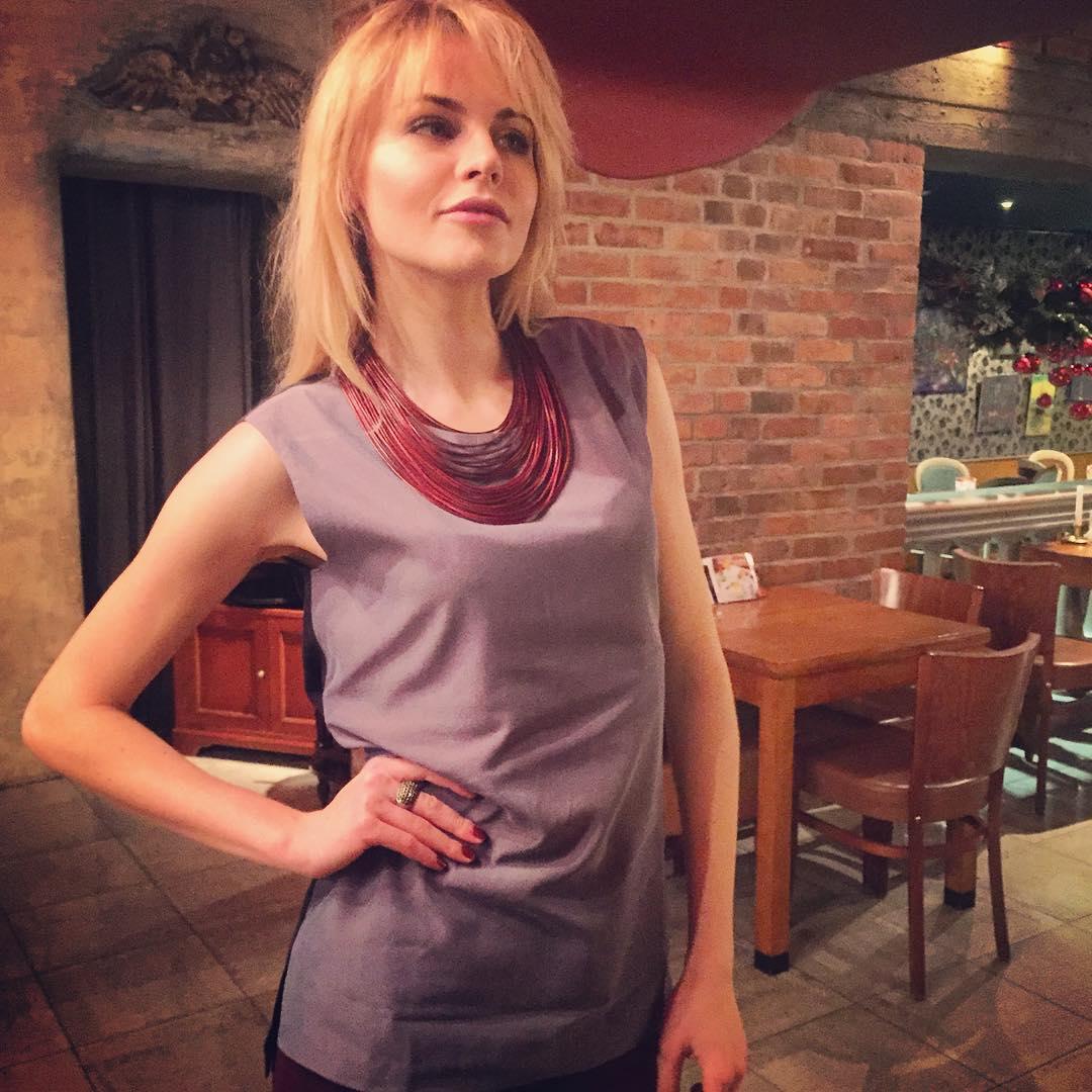 """Анастасия Стежко: Наконец в Калининграде) в любимой """"Заре""""   и в праздничном настроении  и довольна собой и своим внешним видом   кстати на мне идеальный серый топ от @soeasy_moscow, подходящий абсолютно ко всему, плюс такой приятный к телу"""